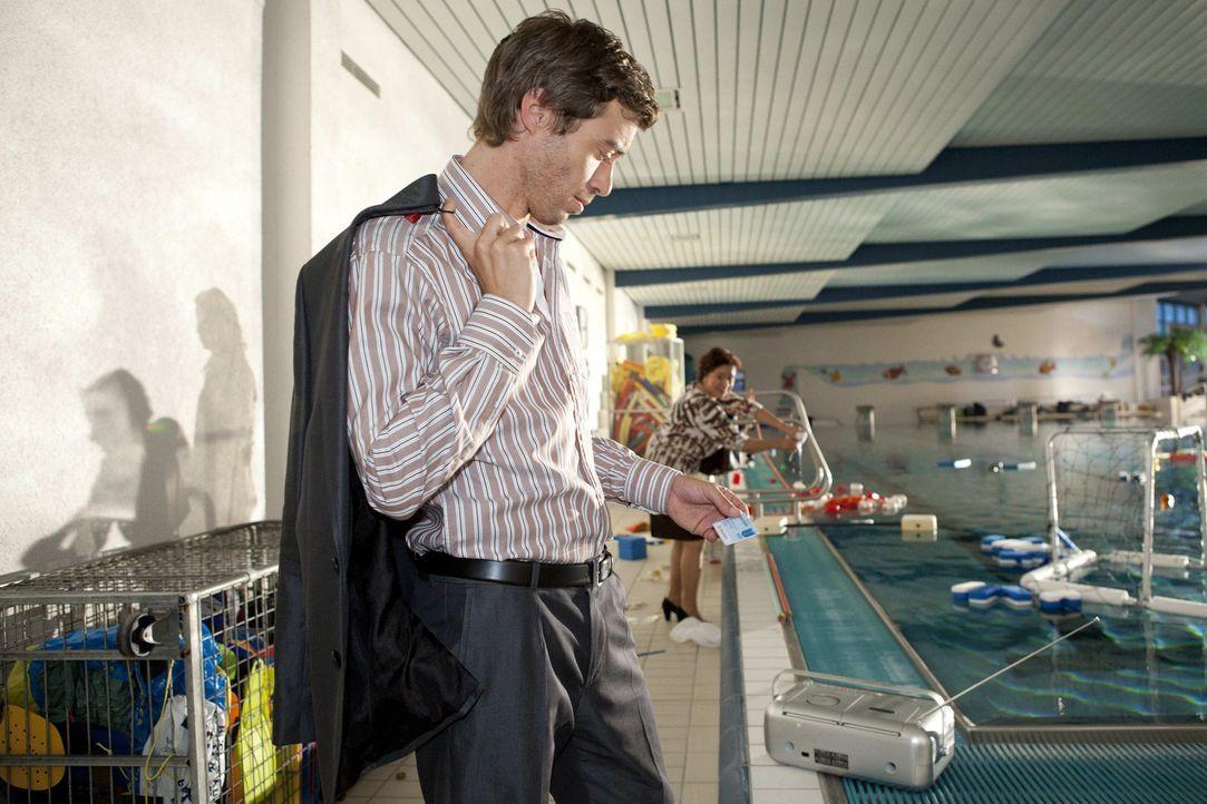 Als Julian (Sebastian Hölz, l.) Bens Bibliotheksausweis im Schwimmbad findet, ist er sich sicher, dass er verantwortlich für die nächtliche Party... - Bildquelle: David Saretzki SAT.1