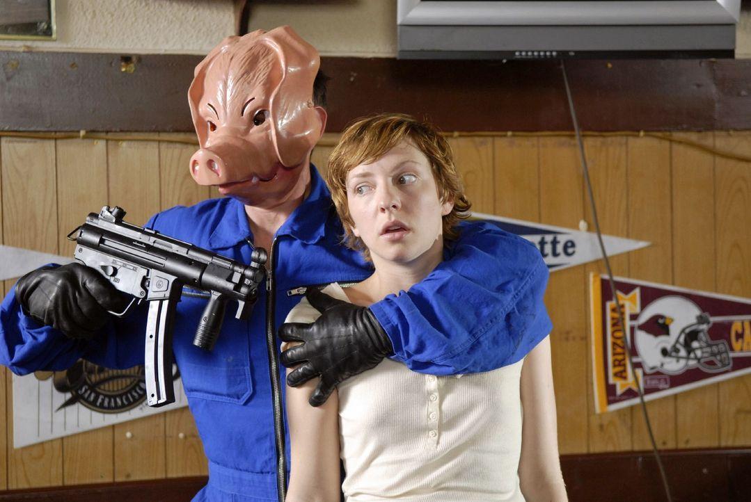 Marie kann entkommen, doch der Gangster (Michael Bittinger, l.) nimmt nun Barfrau Denise (Katharina Schüttler, r.) als Geisel ... - Bildquelle: Christoph Assmann Sat.1