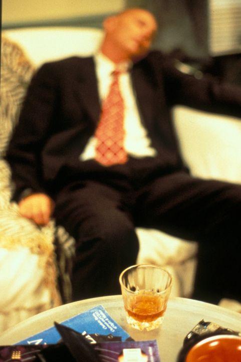 Im Februar 1996 fliegt der Millionär Frank Black nach Florida, um kurz vor seinem Ruhestand noch das Geschäft seines Lebens abzuschließen - und kehr... - Bildquelle: New Dominion Pictures, LLC