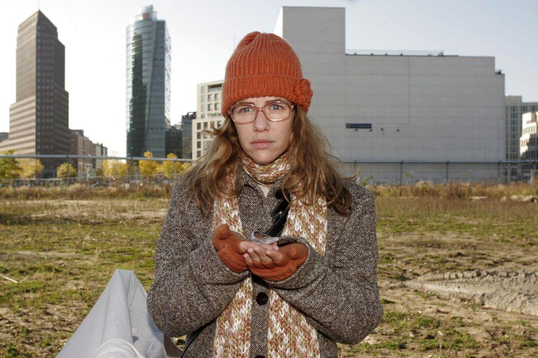 """Lisa (Alexandra Neldel) findet nur noch eine Scherbe von der Glaskugel wieder, aus der ihr die Zukunft vorhergesagt wurde. (Dieses Foto von Alexandra Neldel darf nur in Zusammenhang mit der Berichterstattung über die Serie """"Verliebt in Berlin"""" veröffentlicht und verbreitet werden.)"""