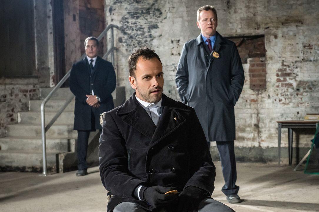 Nachdem ein kleines Mädchen aus ihrem Haus entführt und ihr Vater ermordet wurde, hoffen Holmes (Jonny Lee Miller, M.) und Capt. Gregson (Aidan Quin... - Bildquelle: CBS Television