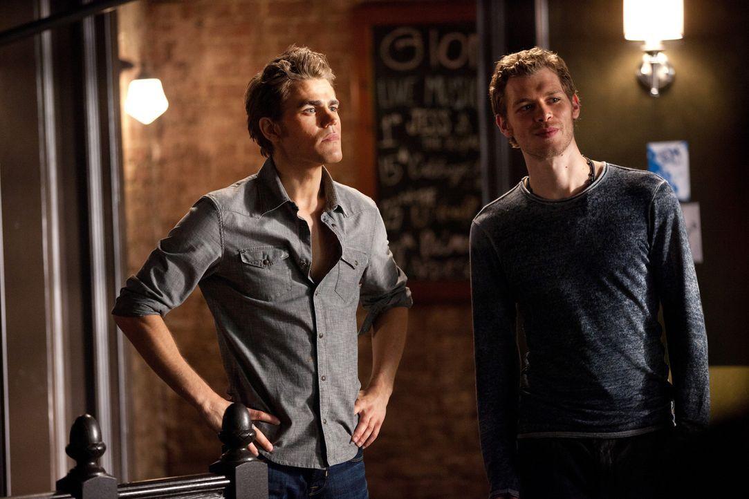 Klaus reist mit Stefan nach Chicago und konfrontiert ihn mit einer der dunkelsten Phasen seines Vampirdaseins in den 20igern Jahren ... - Bildquelle: © Warner Bros. Entertainment Inc.