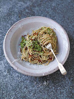 Jamies Super Food: Schlanke Carbonara, Speck, Erbsen, Mandeln und Basilikum -...