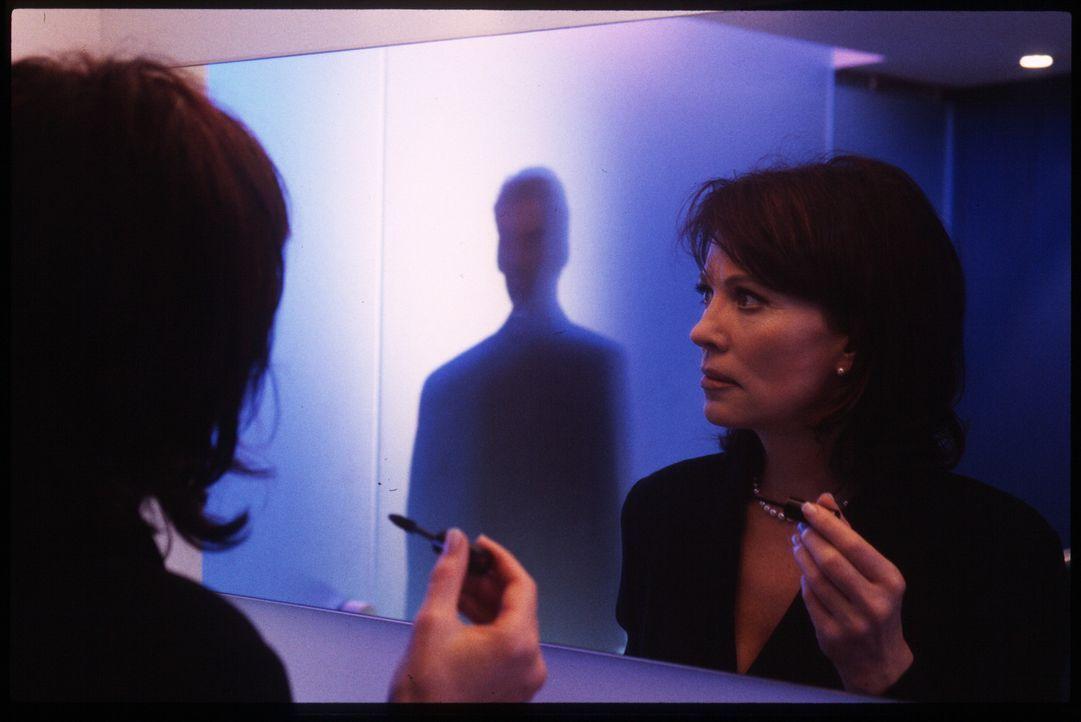 Die erfolgreiche Anwältin Nora Bruhn (Iris Berben) fühlt sich verfolgt ... - Bildquelle: Stephan Rabold Sat.1