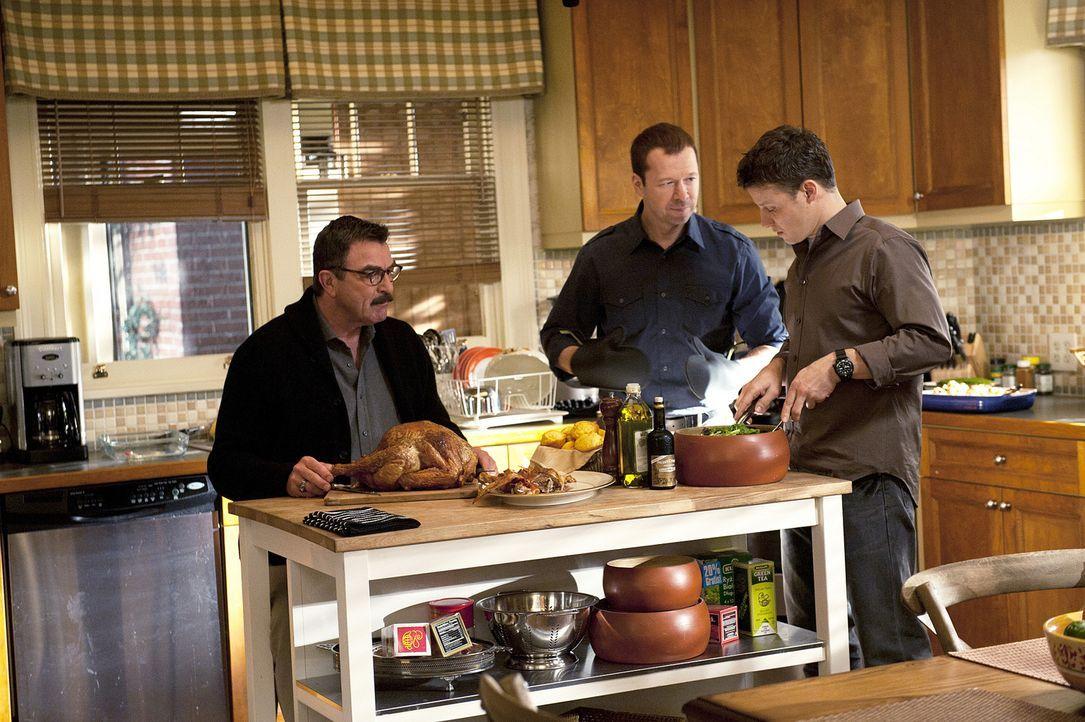 Frank (Tom Selleck, l.) und Danny (Donnie Wahlberg, M.) sprechen Jamie (Will Estes, r.), der zum ersten Mal gezwungen war, seine Dienstwaffe einzuse... - Bildquelle: 2010 CBS Broadcasting Inc. All Rights Reserved