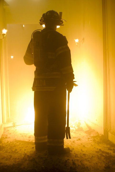 Immer mehr Männer behaupten, Jimmys Geist in der Zentrale gesehen zu haben. In Wirklichkeit schlüpft Tommy (Denis Leary) in Keefes Uniform, fährt... - Bildquelle: 2007 Sony Pictures Television Inc. All Rights Reserved