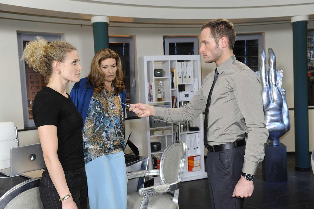 Natascha (Franziska Matthus, M.) und Maja (Barbara Lanz, l.) gelingt es, Davids (Lee Rychter, r.) Laptop mit dem Beweis-Video an sich zu bringen ... - Bildquelle: SAT.1