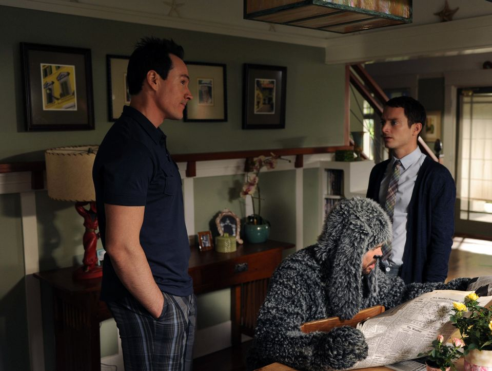 Nach der Verlobung mit Jenna zieht Drew (Chris Klein, l.) bei ihr ein. Wilfred (Jason Gann, M.) und Ryan (Elijah Wood, r.) sind von der Idee gar nic... - Bildquelle: 2011 FX Networks, LLC. All rights reserved.