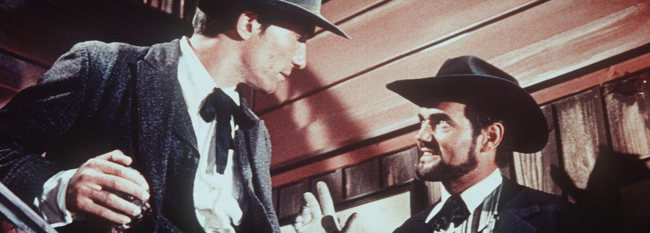 Der Ölprinz (Harald Leipnitz, r.) erteilt seinem Killer Knife (Slobodan Dimitrijevic, l.) einen arglistigen Auftrag ... - Bildquelle: Columbia Pictures