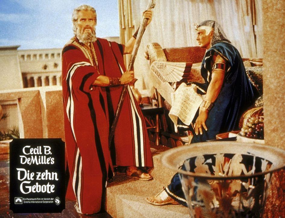 Ramses (Yul Brynner, r.) sieht in Moses (Charlton Heston, l.) einen Konkurrenten und fürchtet um seinen Thron ... - Bildquelle: Paramount Pictures