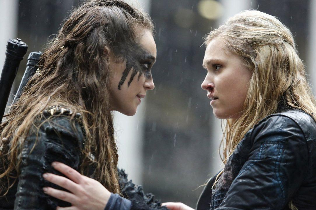 Nie hätten Lexa (Alycia Debnam-Crey, l.) und Clarke (Eliza Taylor, r.) geglaubt, dass sie sich wiedersehen, doch schließlich erkennen sie, dass sie... - Bildquelle: 2014 Warner Brothers