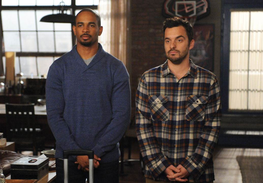 Das wird kein leichter Abschied für Coach (Damon Wayans Jr., l.) und Nick (Jake Johnson, r.) ... - Bildquelle: 2014 Twentieth Century Fox Film Corporation. All rights reserved.