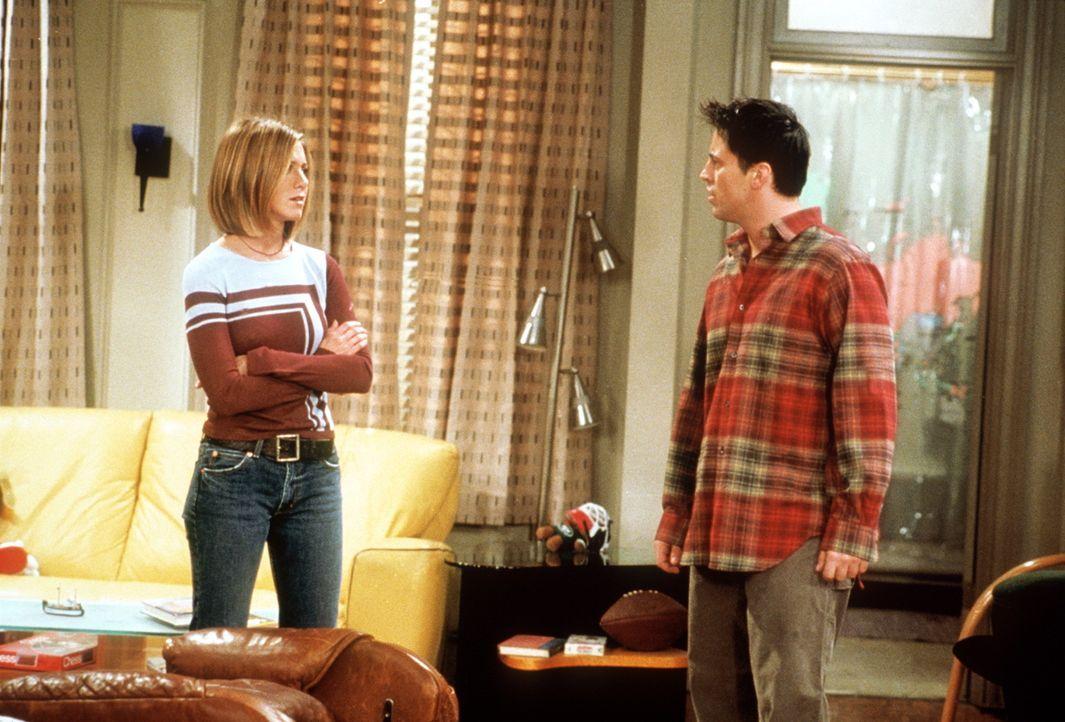 Rachel (Jennifer Aniston, l.) bietet Joey (Matt LeBlanc, r.) an, ihm einen neuen Sessel zu kaufen. - Bildquelle: TM+  2000 WARNER BROS.
