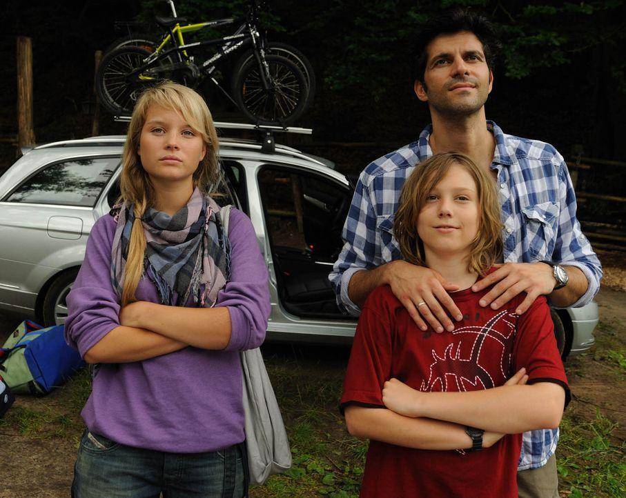 Nach dem Tode seiner Frau will Ralf Dienert (Pasquale Aleardi, r.) und seinen beiden Kindern Miriam (Sonja Gerhardt, l.) und Niko (Tobias Kulzer, M.... - Bildquelle: SAT.1