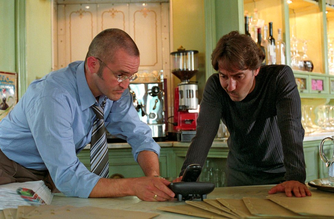 Schulz (Rainer Haustein, l.) erklärt Francesco (Dieter Landuris, r.) die Fangschaltung, die er in der Osteria installieren musste. - Bildquelle: Christian A. Rieger Sat.1