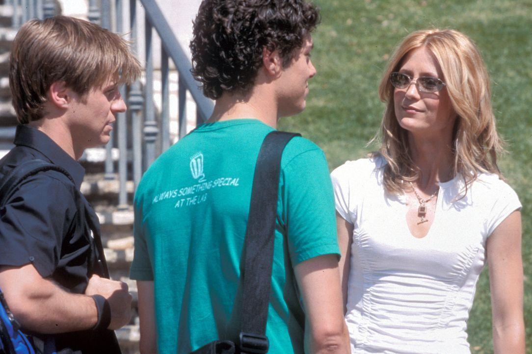 Nach den dramatischen Ereignissen um Marissa machen sich Ryan (Benjamin McKenzie, l.), Kirsten (Kelly Rowan, r.) und Seth (Adam Brody, M.) große So... - Bildquelle: Warner Bros. Television