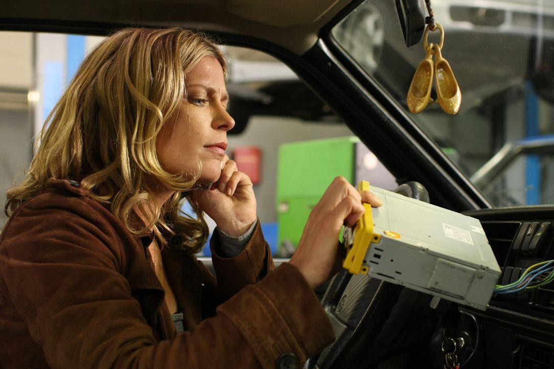 Durch einen Autounfall erhält die Scheidungsanwältin Maja (Valerie Niehaus) die Fähigkeit, die Gedanken der Männer in ihrer Umgebung hören zu können... - Bildquelle: Jochen Röder SAT.1