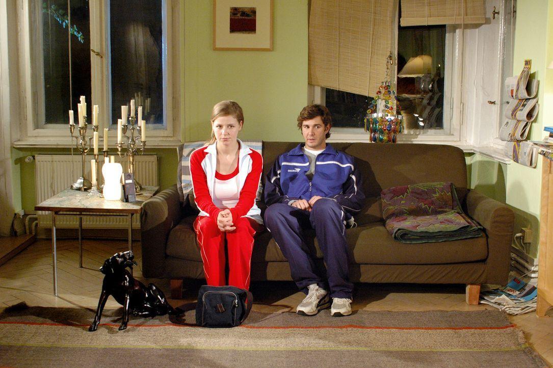 Pummelbärchen Paul (Jochen Schropp, r.) will seine amerikanische Jugendliebe, Paula (Theresa Scholze, l.) ihren untreuen Freund zurückgewinnen. Da... - Bildquelle: Stefan Erhardt ProSieben