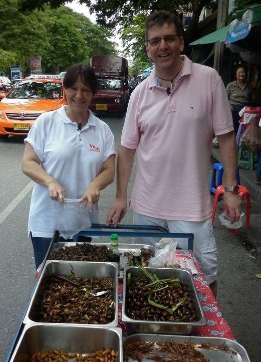 Ohne thailändische Sprachkenntnisse und nur mit ein paar Brocken Englisch, müssen sich die zwei befreundeten Mitarbeiter Rüdiger (r.) und Claudia... - Bildquelle: kabel eins