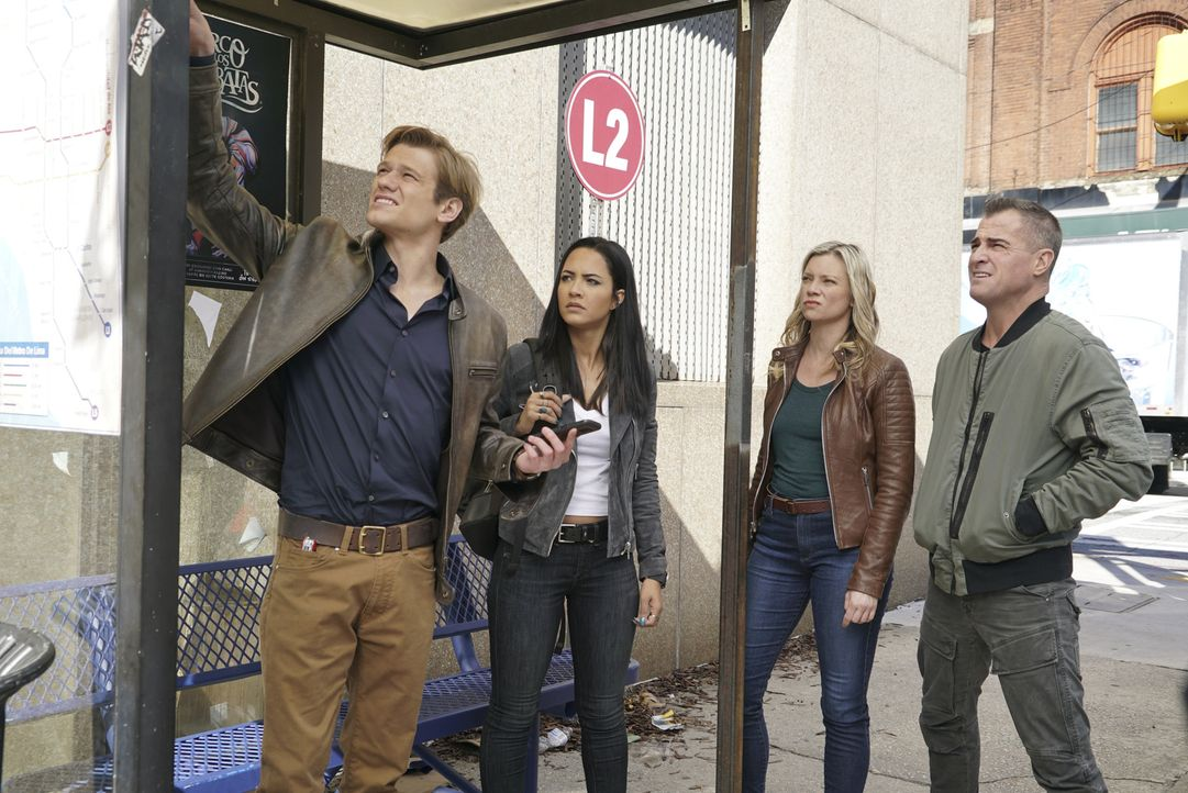Als MacGyver (Lucas Till, l.), Riley (Tristin Mays, 2.v.l.) und Jack (George Eads, r.) dem verdachtserregenden Tod von Dawns (Amy Smart, 2.v.r.) CIA... - Bildquelle: Annette Brown Annette Brown/CBS   2018 CBS Broadcasting, Inc. All Rights Reserved.