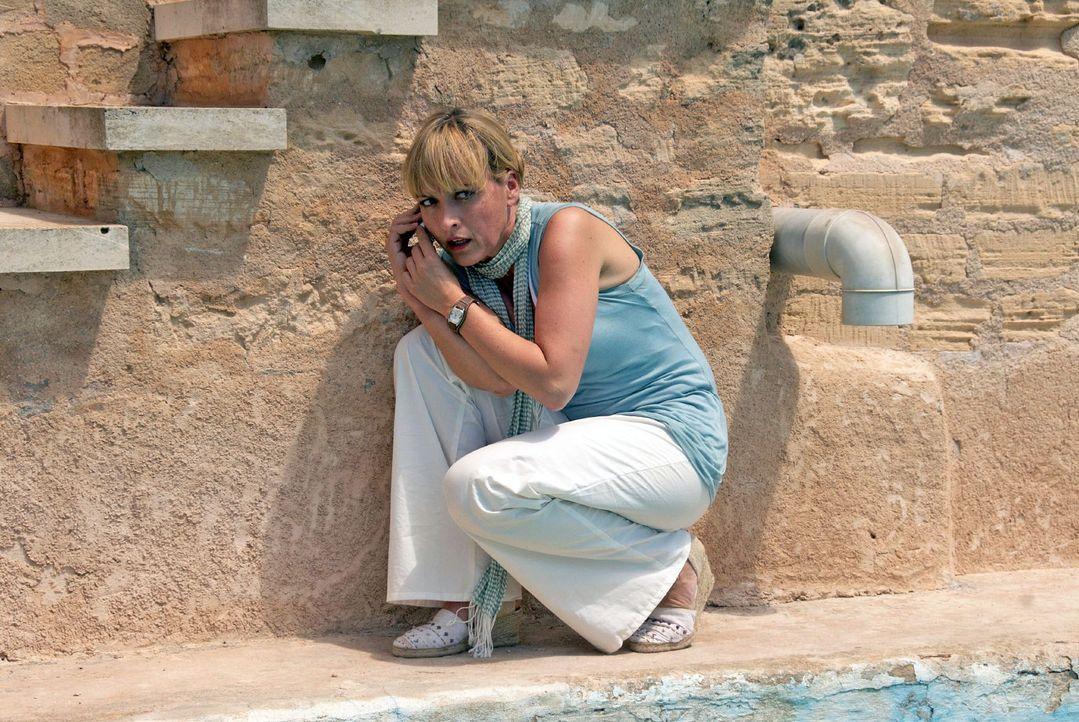 Mit Laptop und Satellitenbild gibt Benno Nadine (Katharina Abt) auf Mallorca durch, wie sie am besten auf Pischners Grundstück gelangt ...