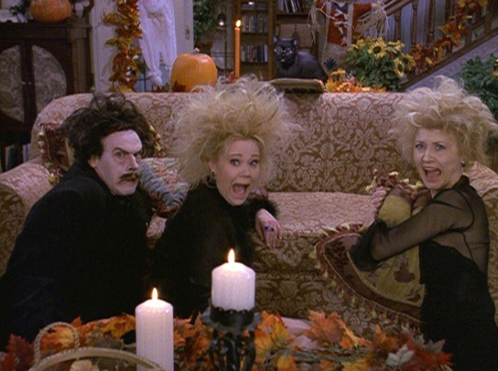 Hilda (Caroline Rhea, M.) und Zelda (Beth Broderick, r.) haben sich für den Halloween-Abend Edgar Allan Poe (Edgar Allen Poe IV, l.) aus dem andere... - Bildquelle: Paramount Pictures