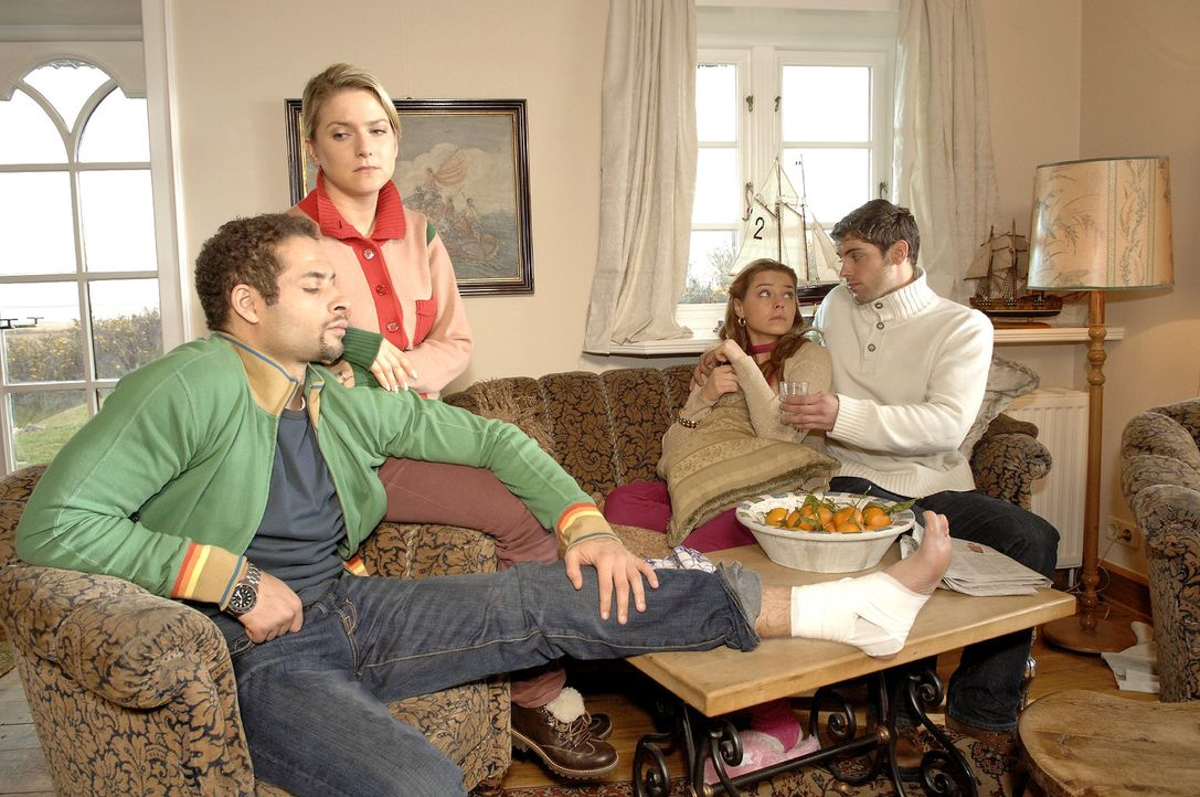 Jannick (Mike Adler, l.), Anna (Jeanette Biedermann, 2.v.l.) Katja (Karolina Lodyga, 2.v.r.) und Jonas (Roy Peter Link, r.) beschließen auf Rat des... - Bildquelle: Claudius Pflug Sat.1
