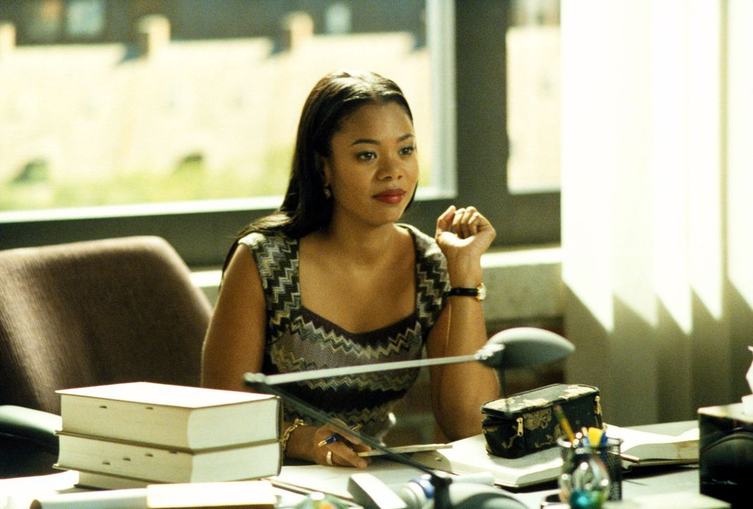 Coretta Lipp (Regina Hall) beschäftigt sich in der Kanzlei nicht nur mit den Gerichtsfällen ... - Bildquelle: 2001 Twentieth Century Fox Film Corporation. All rights reserved.