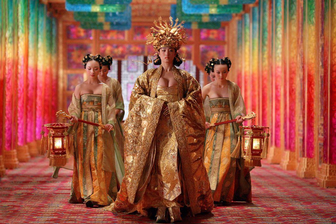 Die schöne Kaiserin Phoenix (Li Gong, M) schmiedet blutige Pläne gegen ihren überraschend aus Kriegszügen zurückgekehrten Mann … - Bildquelle: TOBIS Film
