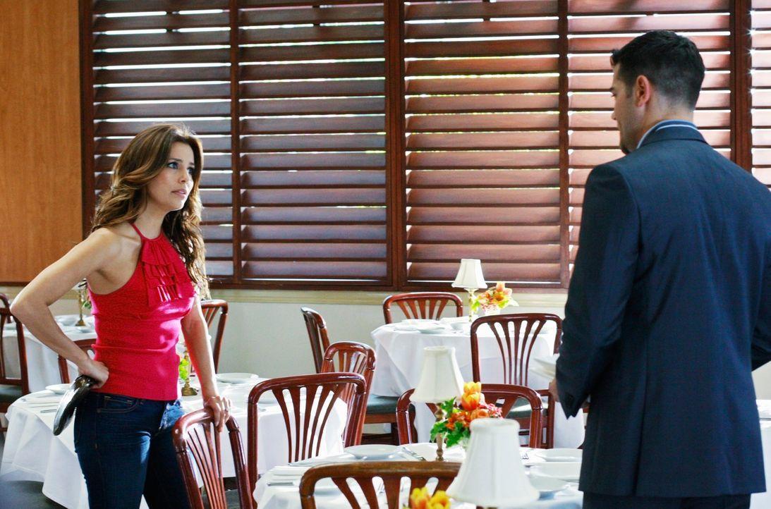 Gabrielle (Eva Longoria, l.) entdeckt, dass Ana Kondome gekauft hat und erfährt, dass sie in John Rowland (Jesse Metcalfe, r.) verliebt ist. Als sie... - Bildquelle: ABC Studios