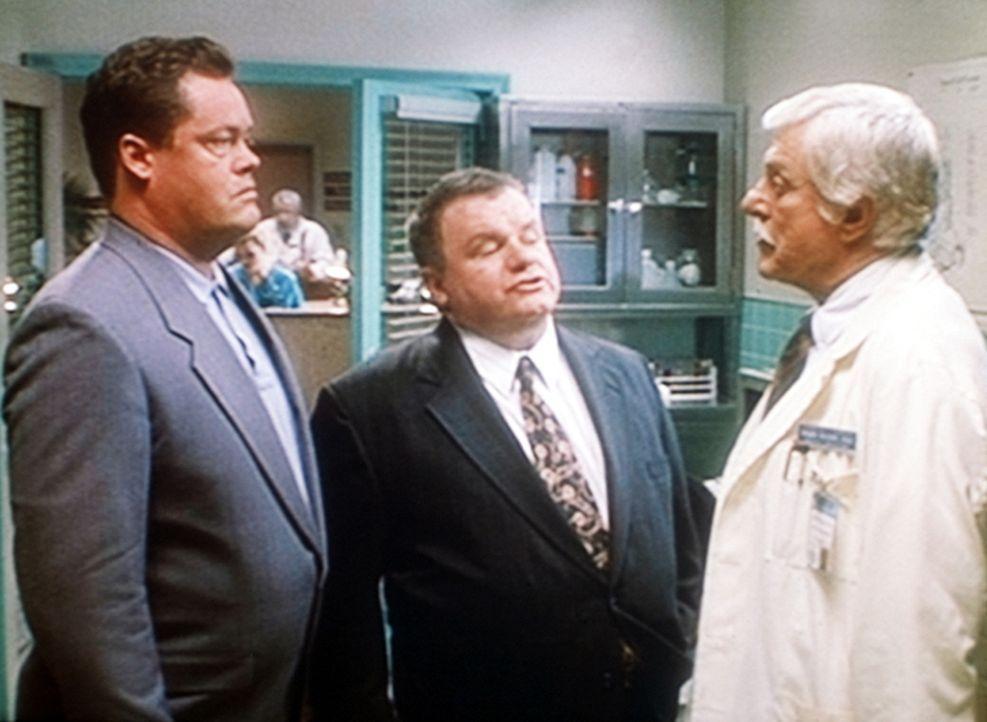 Mark (Dick Van Dyke, r.) wird von Stan Macky (Jack McGee, M.), einem undurchsichtigen Anwalt, und von dessen Handlanger Alex (l.) bedroht. - Bildquelle: Viacom