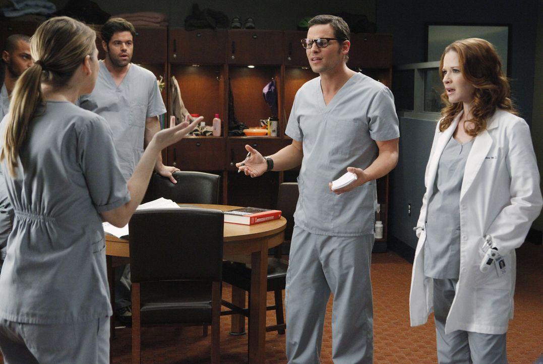 Meredith (Ellen Pompeo, l.) kann es nicht fassen: Alex (Justin Chambers, 2.v.r.) knutscht heimlich mit April (Sarah Drew, r.) ... - Bildquelle: ABC Studios