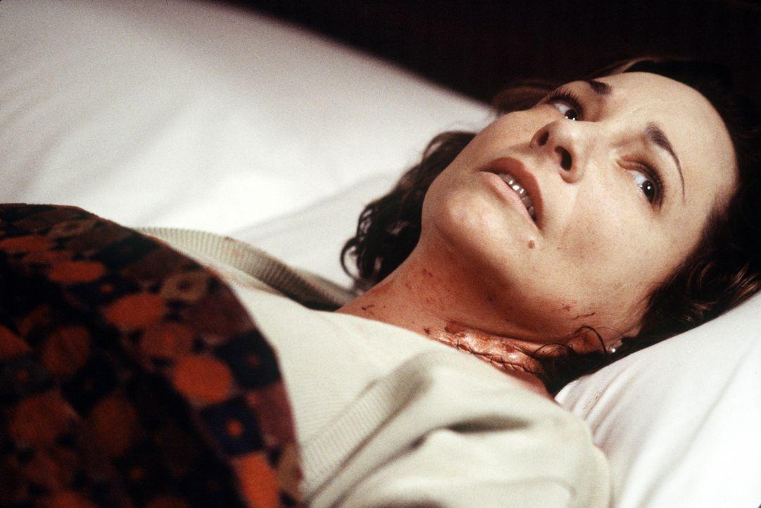 Nachdem Alice York (Leila Kenzle) von einem Auto angefahren wurde, bringt sie ihr Mann in das heruntergekommene Motel, denn sintflutartige Regenfäll... - Bildquelle: 2003 Sony Pictures Television International. All Rights Reserved.