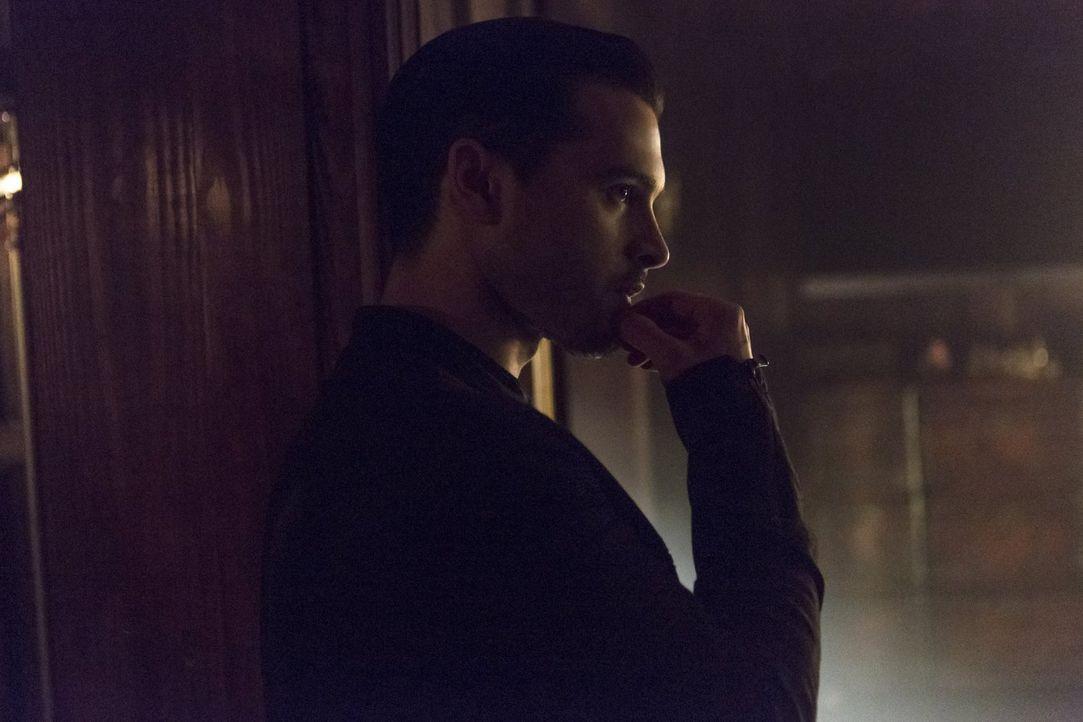 Enzo (Michael Malarkey) stellt eine geliebte Person vor die Wahl und trifft daraufhin selber eine Entscheidung ... - Bildquelle: Warner Bros. Entertainment, Inc.