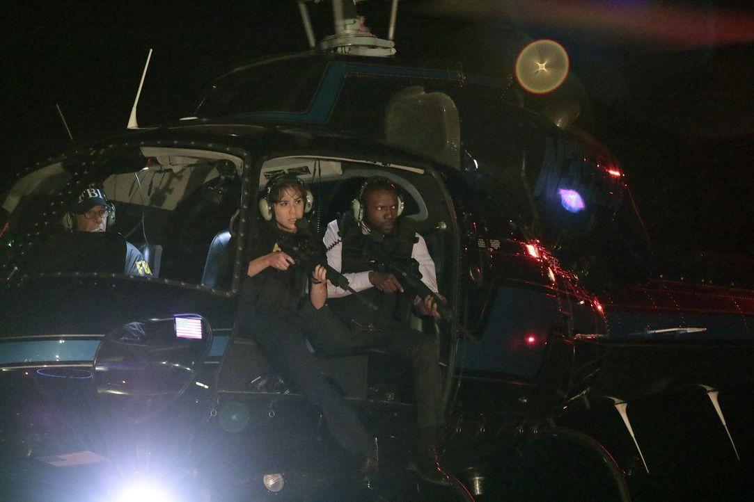 In letzter Sekunde gelingt es Zapata (Audrey Esparza, l.) und Edgar Reed (Rob Brown, r.), die beiden undercover agierenden Kollegen Jane und Weller... - Bildquelle: Warner Brothers