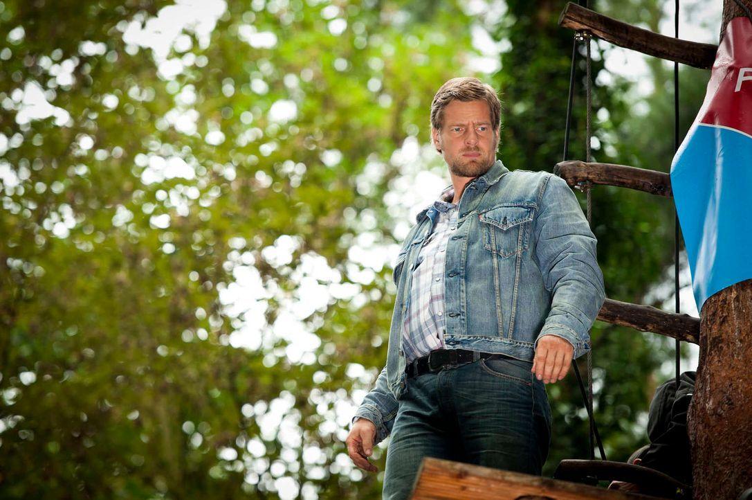 Nach Tanjas Schussverletzung hat Mick (Henning Baum) ganz andere Sorgen, als irgendwelche Verbrecher zu jagen. Da wird der Besitzer eines Kletterpar... - Bildquelle: Martin Rottenkolber SAT.1