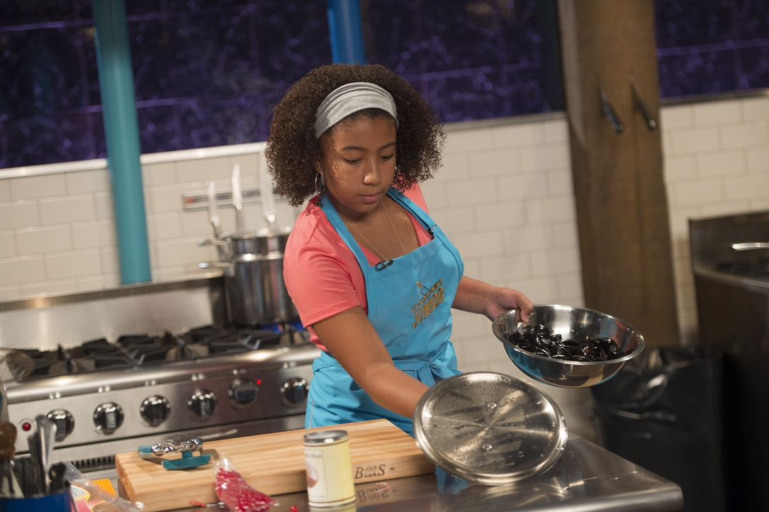 Muss in der ersten Chopped-Runde Muscheln, Kokosmilch, Jelly Beans und Tintenfisch-Jerky verarbeiten: Junior-Köchin Janie ... - Bildquelle: Scott Gries 2015, Television Food Network, G.P. All Rights Reserved