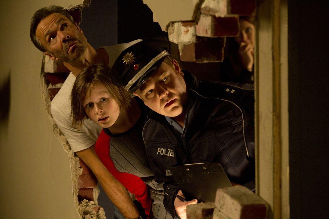 Der Polizist (Carsten Caniglia, r.) steht vor einem riesigen Problem: Nics (Lisa Bahati Wihstutz, M.) Vater Karl (Hannes Jaenicke, l.) hat ein Loch... - Bildquelle: Volker Roloff SAT.1