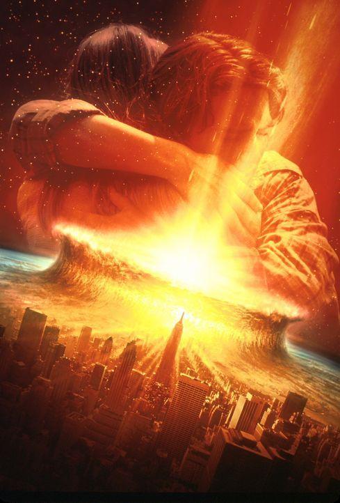 Können sich Leo (Elijah Wood, vorne) und Sarah (Leelee Sobieski, hinten) vor der zerstörerischen Kraft des Kometen in Sicherheit bringen? - Bildquelle: TM+  1998 DreamWorks L.L.C. and Paramount Pictures All Rights Reserved