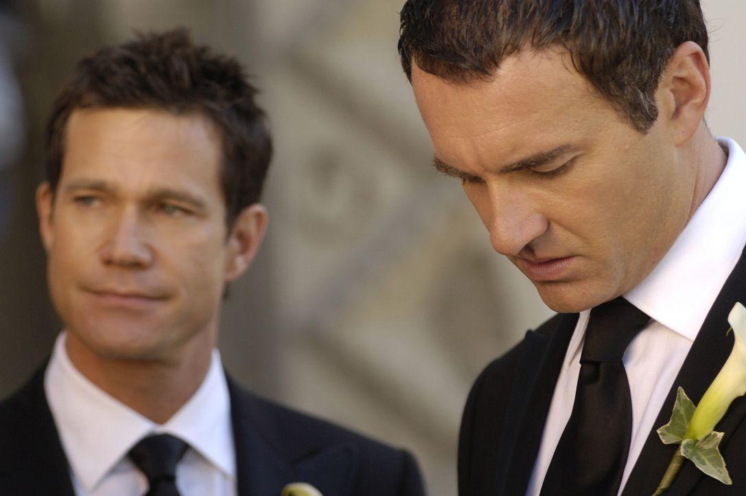 Christian (Julian McMahon, r.) wartet am Altar auf seine Kimber, doch dann kommt Sean (Dylan Walsh, l.) auf ihn zu - alleine ... - Bildquelle: TM and   2005 Warner Bros. Entertainment Inc. All Rights Reserved.