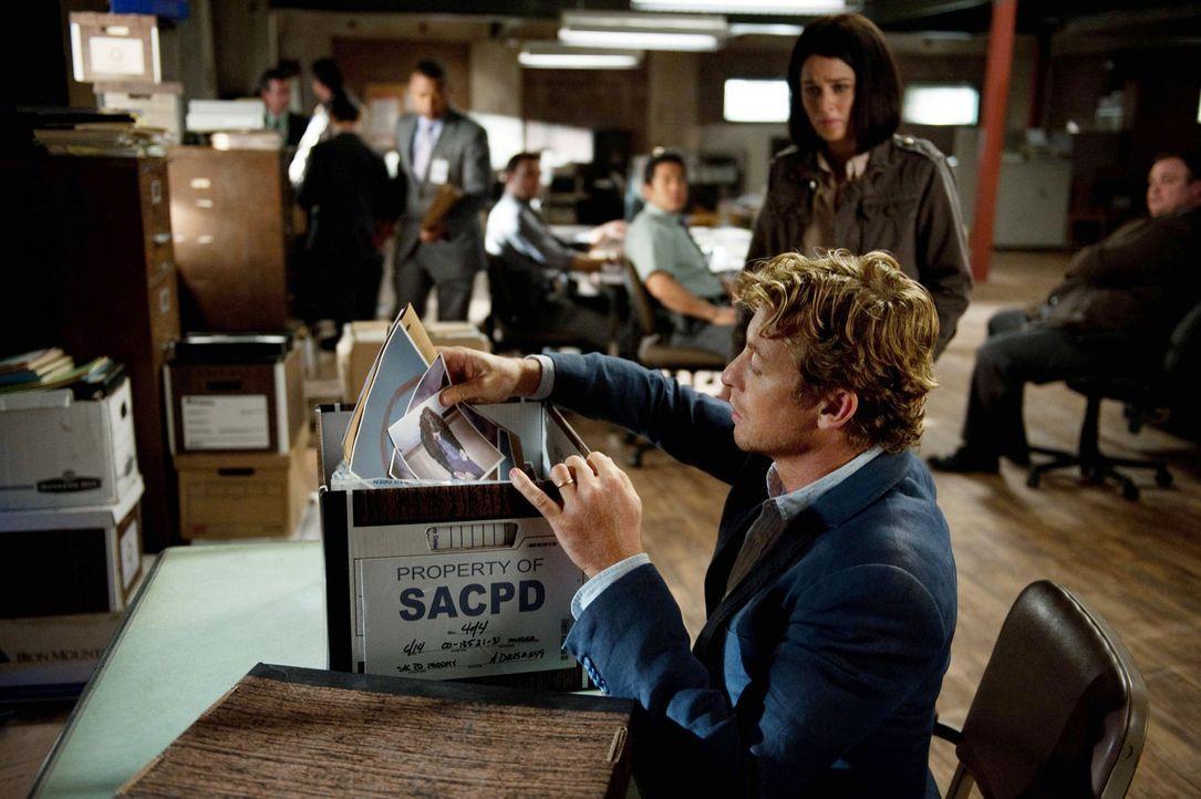Rückblick: Patrick Jane (Simon Baker, vorne) beeindruckt Direktor Minelli so sehr, dass er ihn als Berater des CBI einstellt ... - Bildquelle: Warner Bros. Television