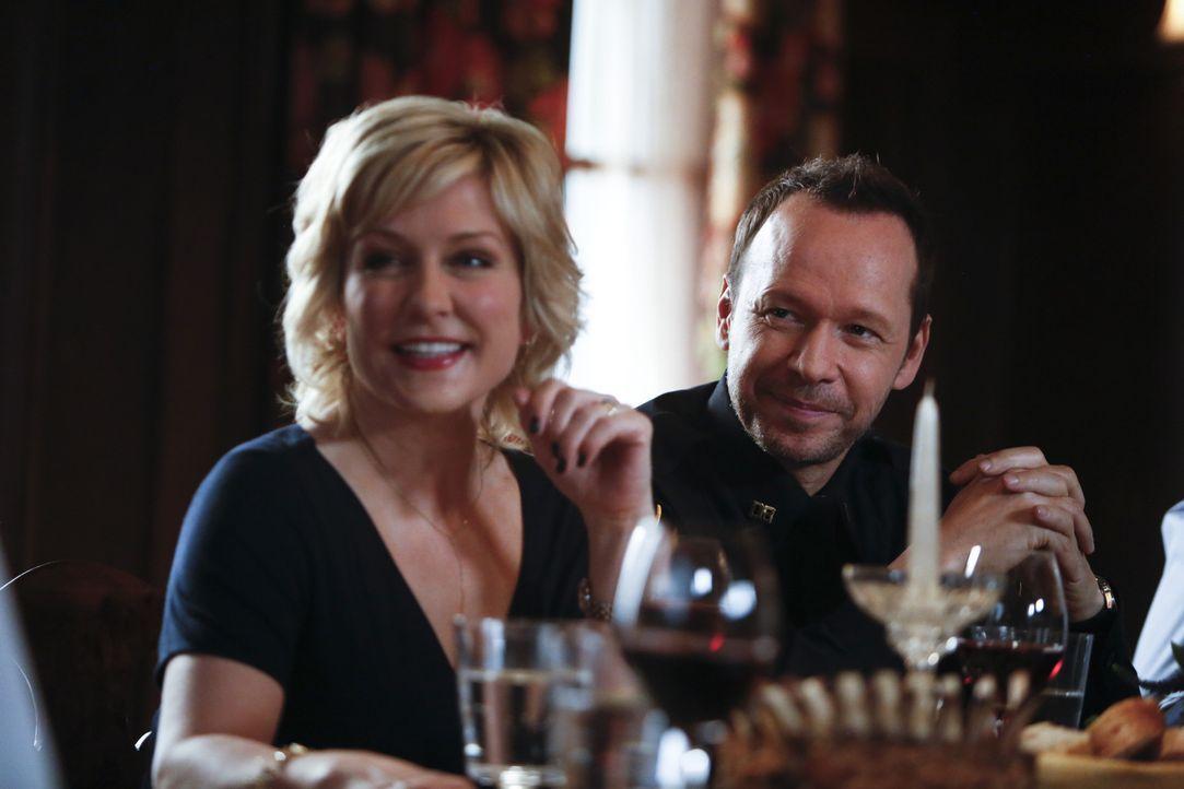Linda (Amy Carlson, l.) und Danny (Donnie Wahlberg, r.) sind ein glückliches Paar, auch wenn Danny, wie bei seinem aktuellen Fall, oft Grenzen übers... - Bildquelle: 2013 CBS Broadcasting Inc. All Rights Reserved.