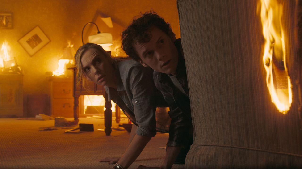 Unglücklicherweise hat Charleys (Anton Yelchin, r.) Mutter (Toni Collette, l.) ein Auge auf den neuen Nachbarn geworfen. Nichtsahnend, dass dieser... - Bildquelle: Lorey Sebastian, John Bramley Dreamworks Studios.  All rights reserved