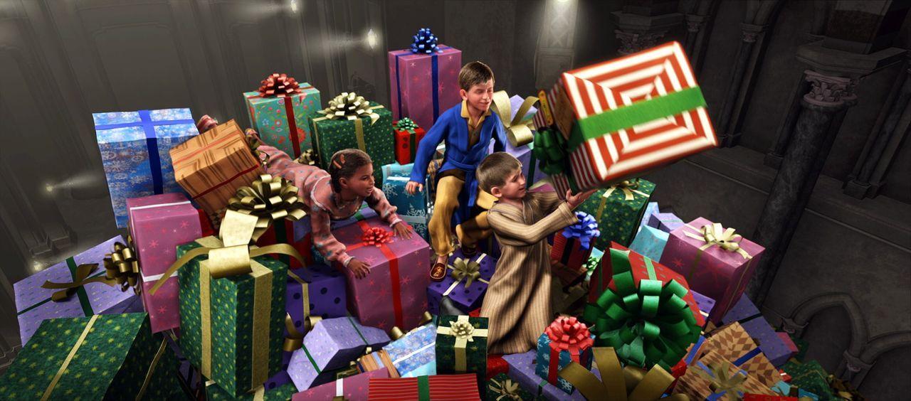 Hautnah erleben die Kinder mit, wo die Geschenke herkommen und wie sie verteilt werden - sind ihre Zweifel, ob es den Weihnachtsmann wirklich gibt n... - Bildquelle: Warner Bros. Pictures
