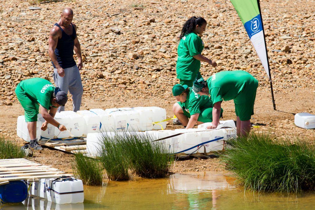 """Nach etlichen Reibereien muss Detlef D! Soost (2.v.l.) sein Team """"Grün"""" dazu motivieren, in Gemeinschaftsarbeit ein Floß zusammenzubauen ... - Bildquelle: Enrique Cano SAT.1"""