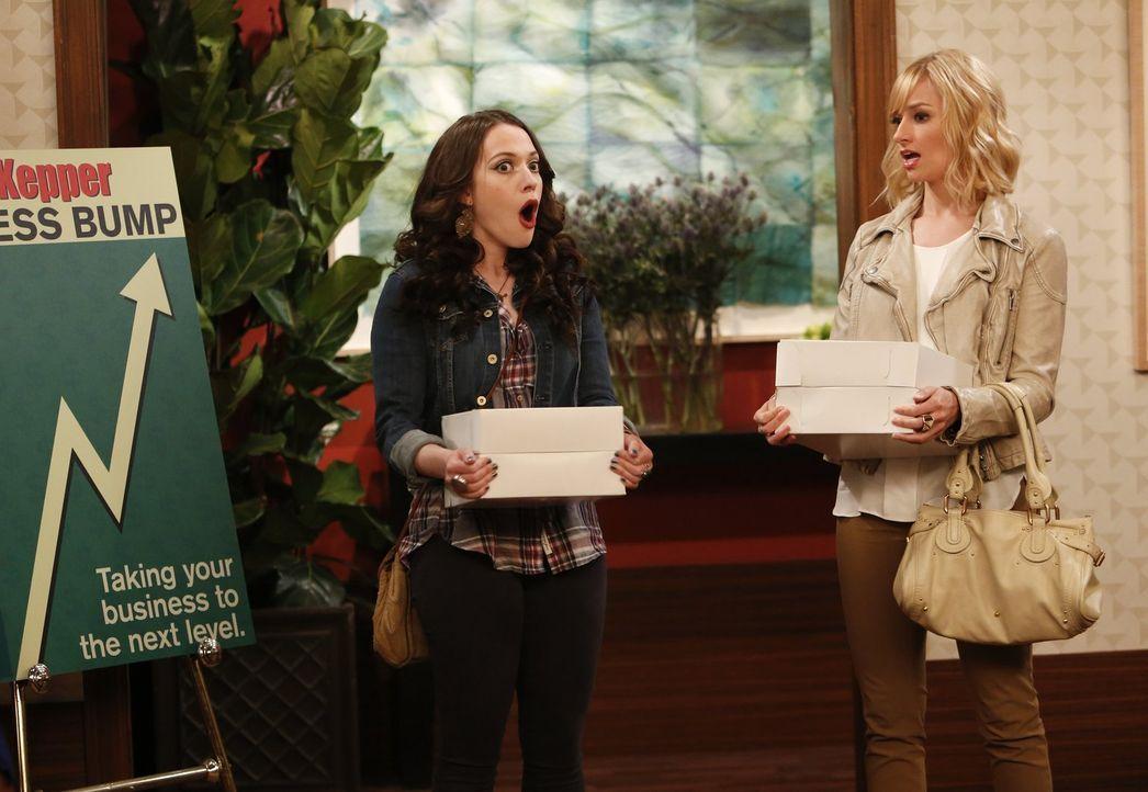 Ihre Freundschaft und Geschäftspartnerschaft wird auf eine harte Probe gestellt: Max (Kat Dennings, l.) und Caroline (Beth Behrs, r.) ... - Bildquelle: Warner Bros. Television