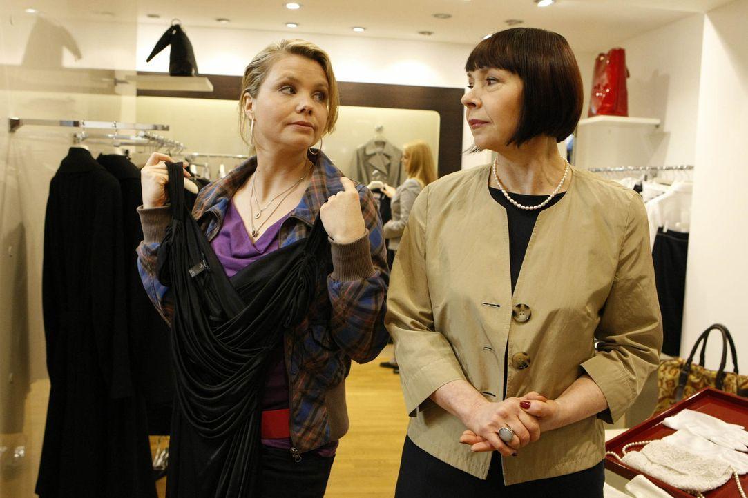 Da Oliver Danni (Annette Frier, l.) in ein Konzert eingeladen hat, braucht sie natürlich noch etwas Passendes zum anziehen. Mit der Boutiqueverkäu... - Bildquelle: SAT.1