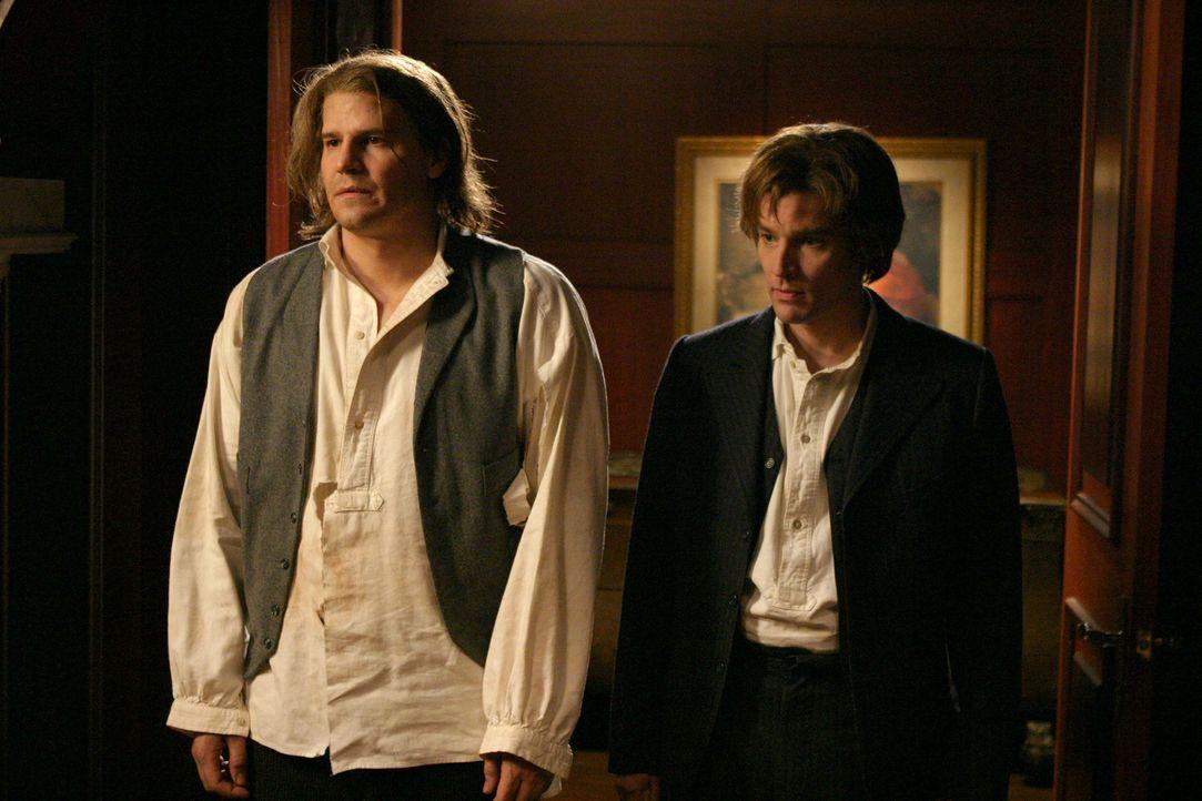 Angel (David Boreanaz, l.) und Spike (James Marsters, r.) reisen geschäftlich nach Rom, um die sterblichen Überreste des Chefs eines Dämonenclans zu... - Bildquelle: The WB Television Network