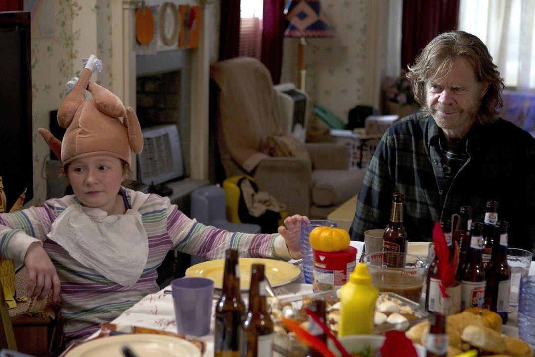 Nichts hilft, um Monica aufzuheitern. Selbst der Versuch, Debbies (Emma Kenney, l.) Mutter zu Franks (William H. Macy, r.) Bruder zu bringen, macht... - Bildquelle: 2010 Warner Brothers