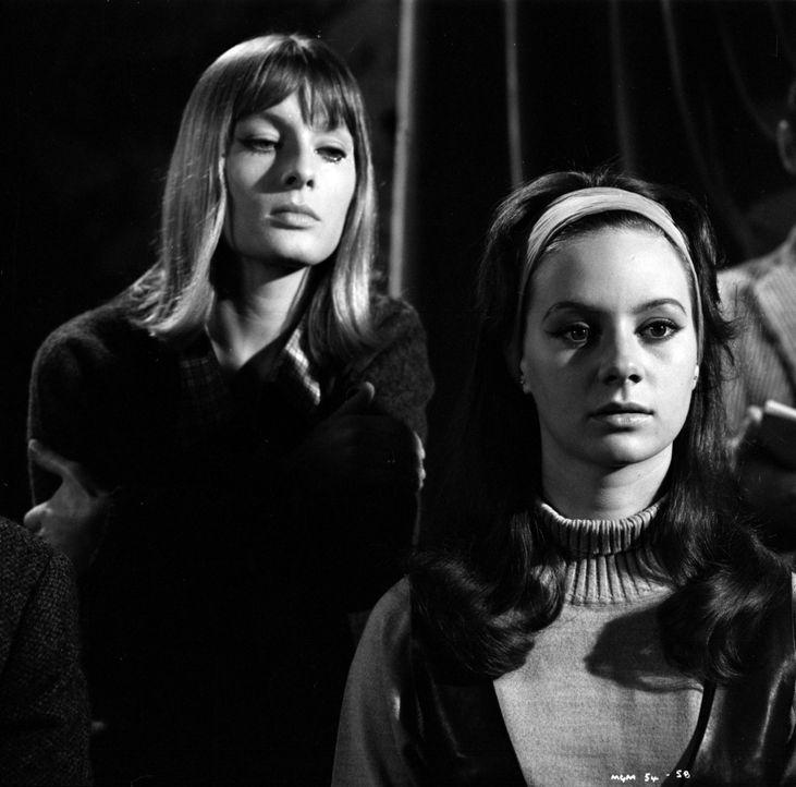 Haben Eva McGonigall (Alison Seebohm, l.) und Sheila Upward (Francesca Annis, r.) etwas mit dem Mord zu tun, indem Miss Marple gerade ermittelt? Die... - Bildquelle: Warner Brothers